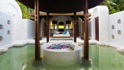 Anantara Kihavah Beach Pool Villa master bedroom bathtub